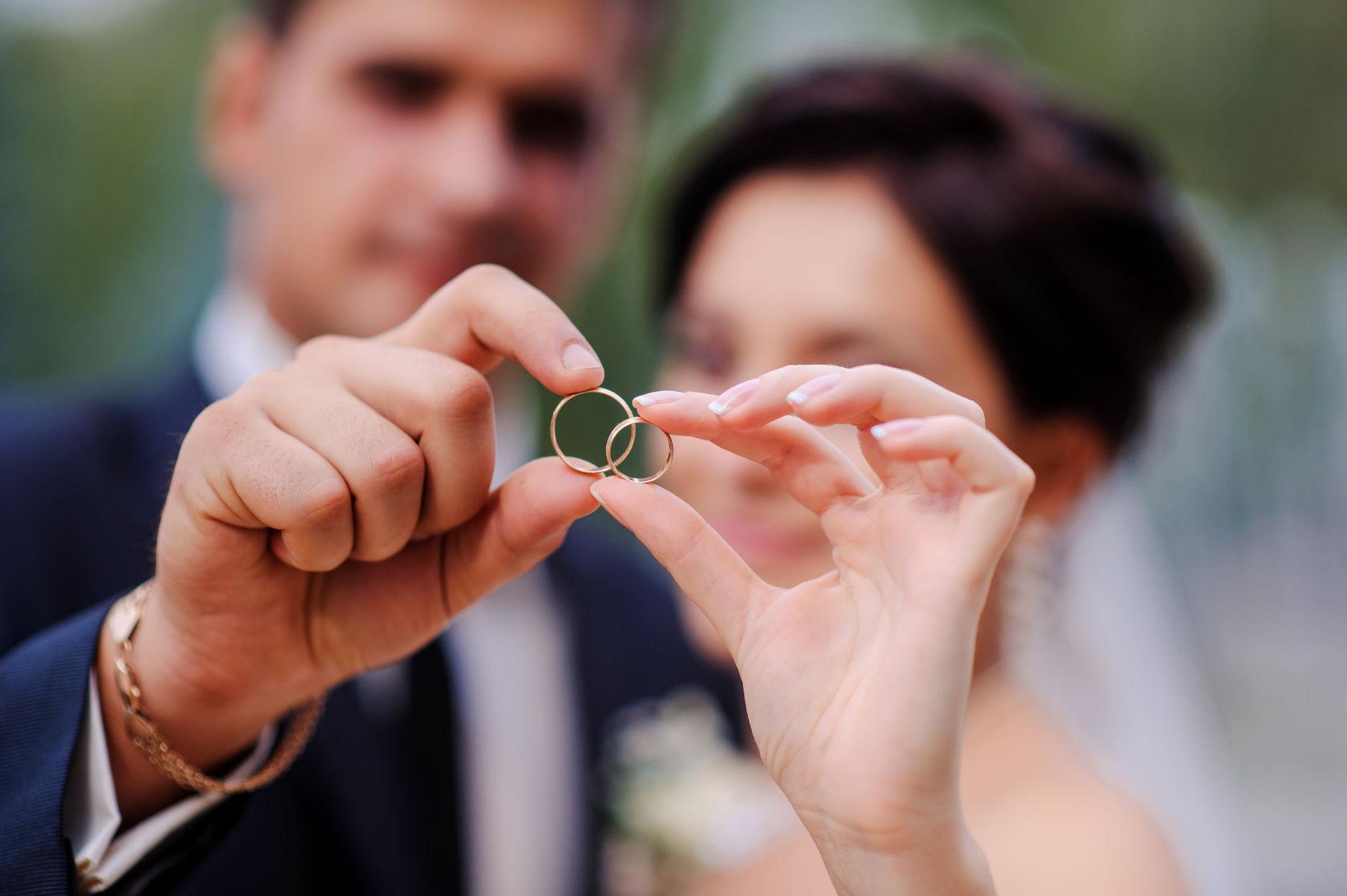 Auf welcher Hand soll der Ehering getragen werden